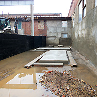 Площадка под оборудование оказалась частично затопленной, однако фундаменты имеют достаточную высоту.