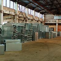 Установка кронштейнов под остеклением 2 света. На объект поступили компоненты системы воздуховодов.