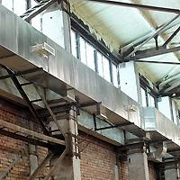 Решетки врезаны таким образом, чтобы обеспечить наилучшее распределение нагретого воздуха в объеме помещения
